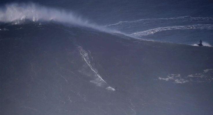 El surfista Benjamin Sanchis se dropea una ola de 33 metros de altura en Portugal